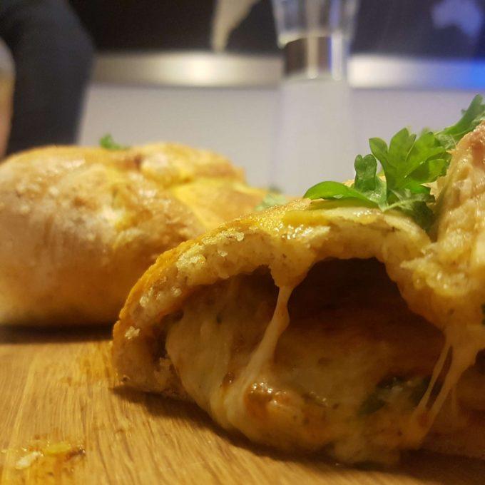 Indbagt pizza med hvidløg og ost.