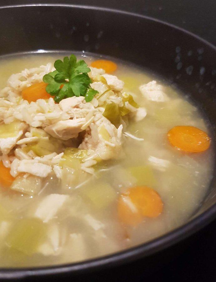 Klar suppe med kylling og hvidløgsosteflutes.