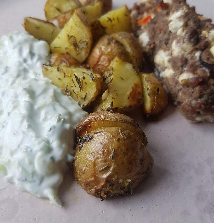 Græske minifarsbrød med kartofler og tzatziki.