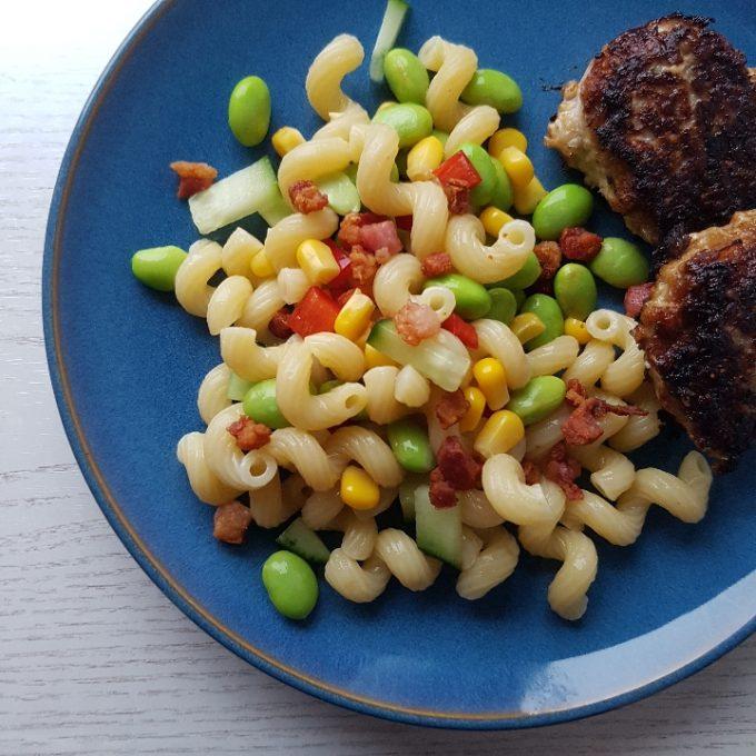 Frikadeller med pastasalat.
