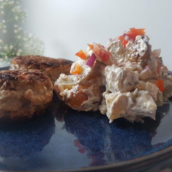 Frikadeller med pikant kartoffelsalat.