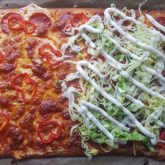 Pizza med hvid sovs.