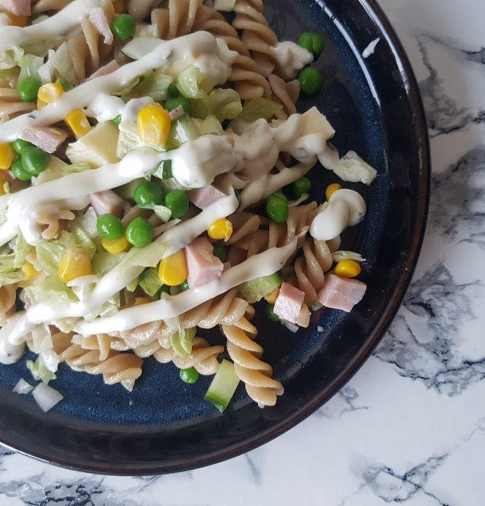 Den nemmeste pastasalat med skinke og havarti ost.