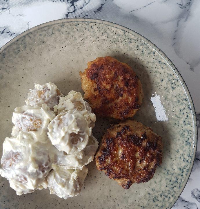 Kartoffelsalat med hvidløgsost og frikadeller.