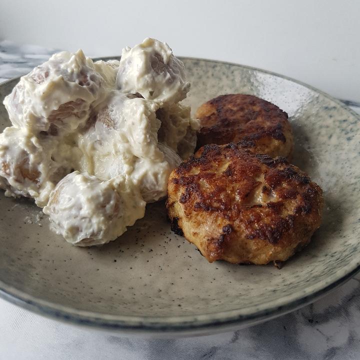 Kartoffelsalat med hvidløgsost og frikadeller #hashtagmor