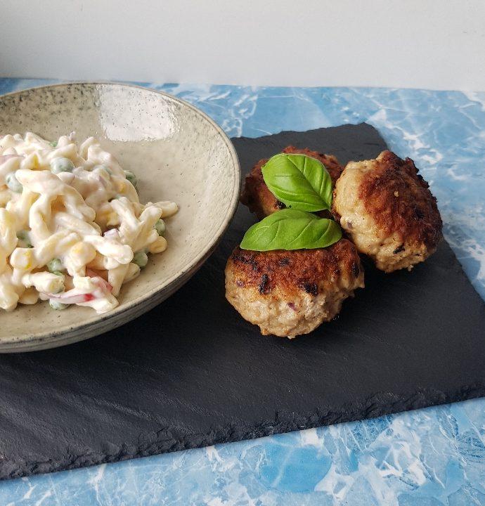 Klassisk cremet pastasalat med frikadeller.