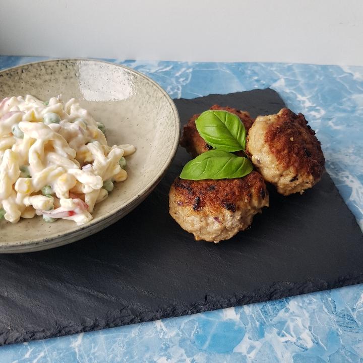 Klassisk cremet pastasalat med frikadeller #hashtagmor