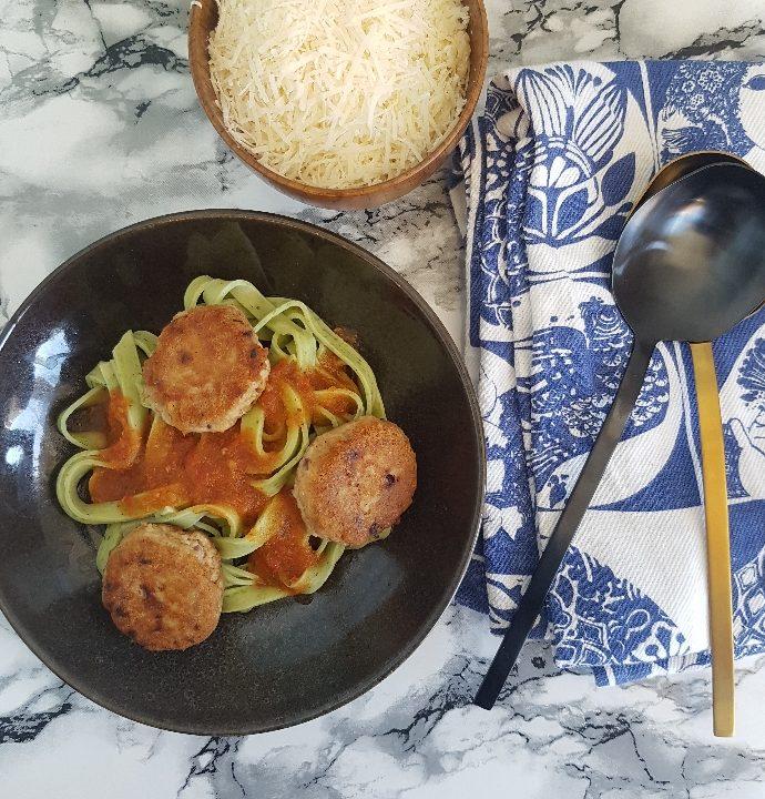 Tunfrikadeller med pasta og tomatsovs.