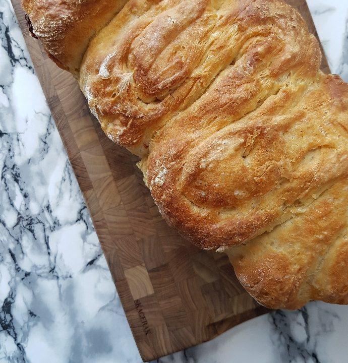 Let og luftigt pikant ostebrød.