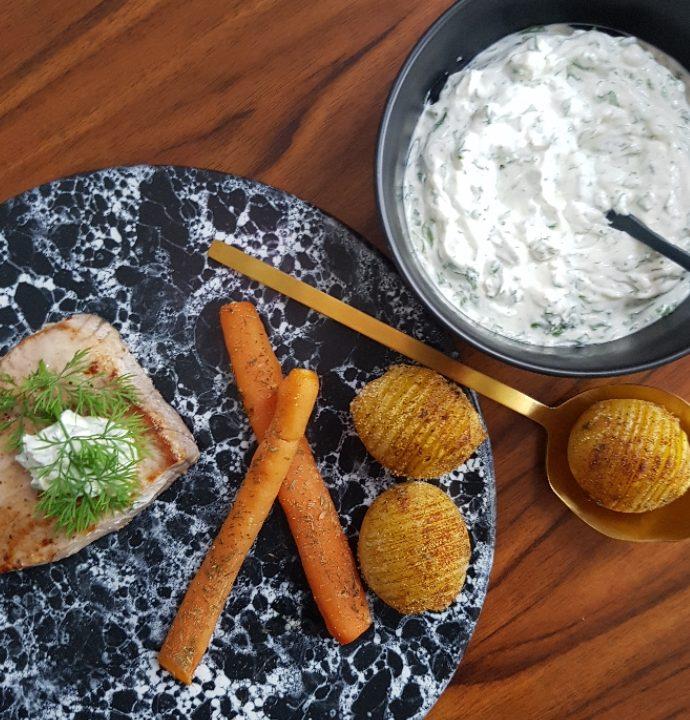 Tunbøffer med hasselback kartofler og krydderurtcreme.