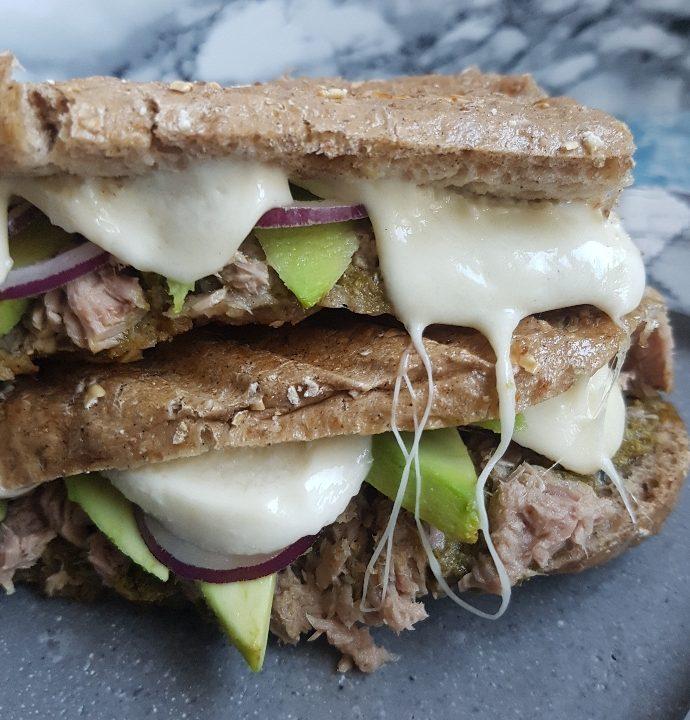 Tun sandwich med smeltet mozzerella og avokado.
