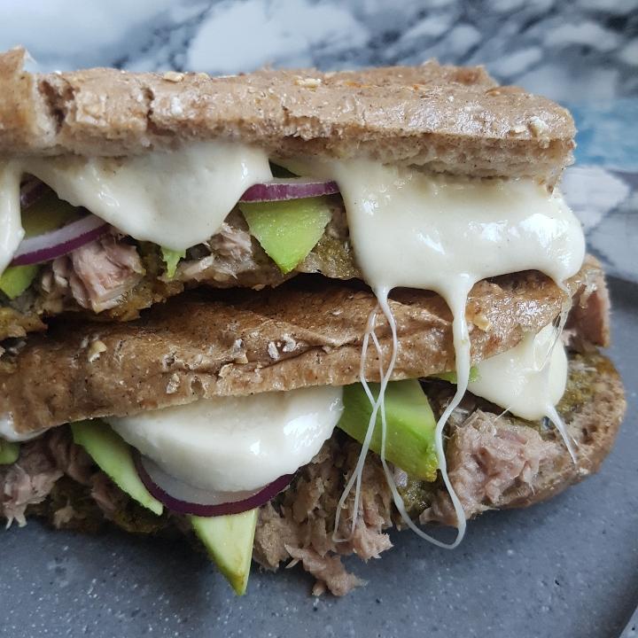 Tun sandwich med smeltet mozzerella og avokado. #hashtagmor