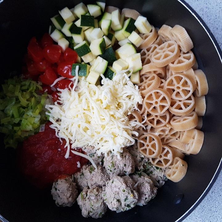 One pot pasta med kødboller - nem og lækker børnefavorit. #hashtagmor