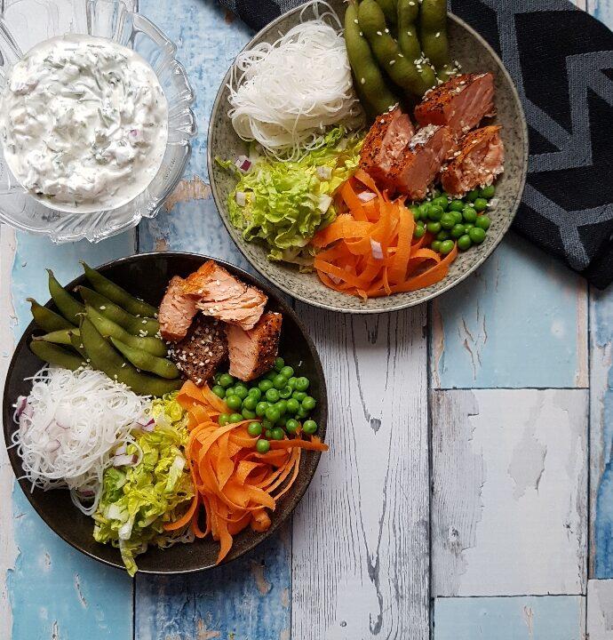 Laksebowl – lækre salater med krydderurtcreme.