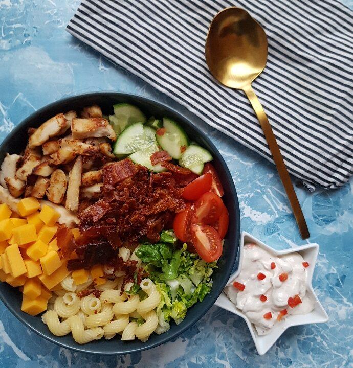 Ranch pastasalat med kylling og bacon.