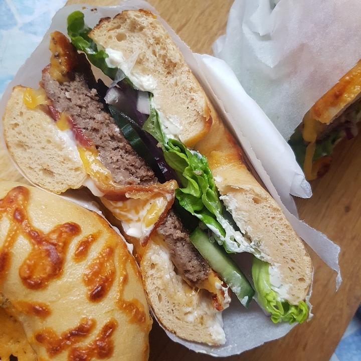 Cheddar/chili bagelburger, nemt og lækkert. #hashtagmor