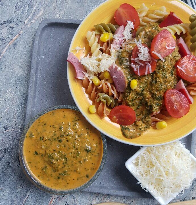 Pasta og pølser med tomat- og spinatsovs.