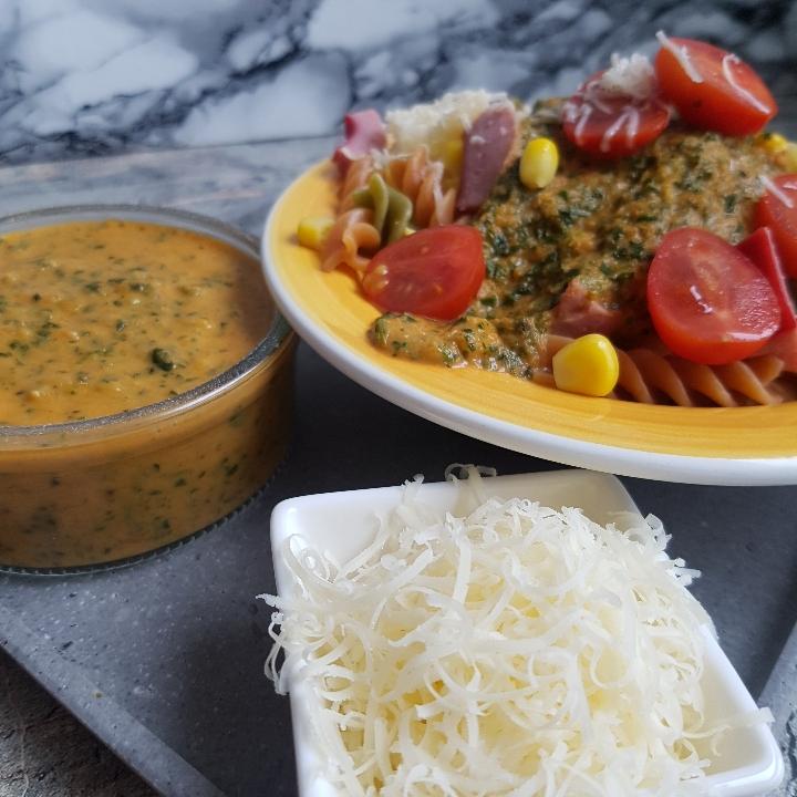 Pasta og pølser med tomat- og spinatsovs. #hashtagmor