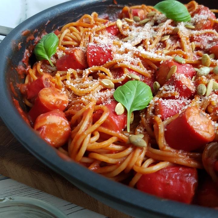 Nem og lækker spaghetti med pølser og tomatsovs. #hashtagmor