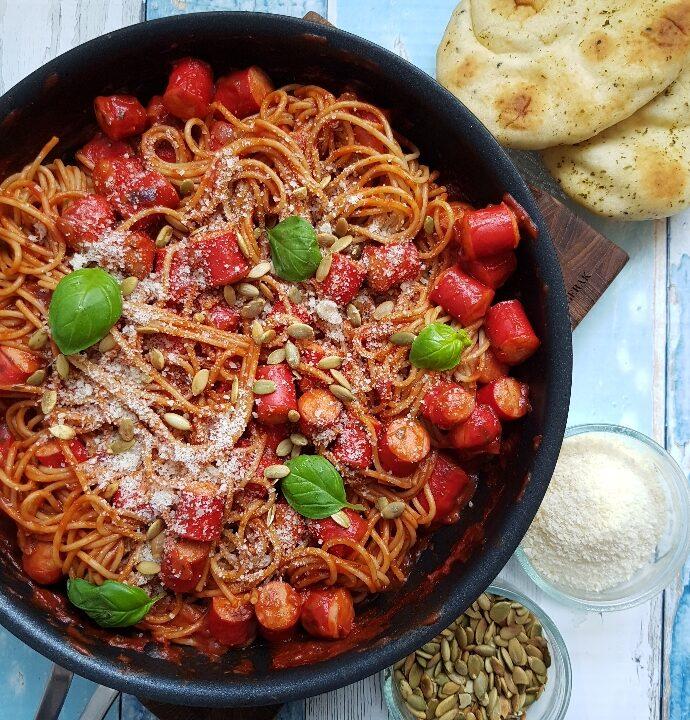 Nem og lækker spaghetti med pølser og tomatsovs.