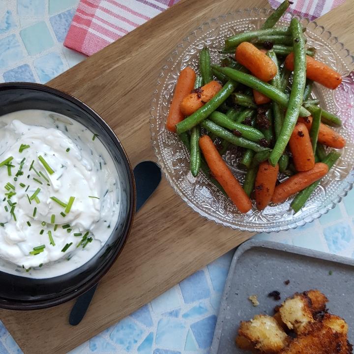 Kylling stænger med hvidløgsdressing, søde kartofler og grøntsager. Opskrift på kylling nuggets. #hashtagmor