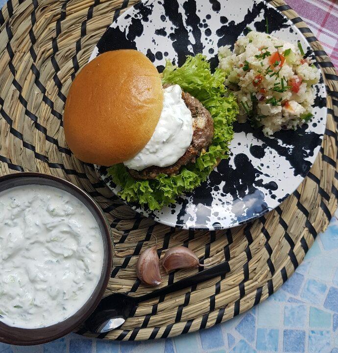 Græsk burger med couscousssalat. Skøn opskrift på burger med et twist.