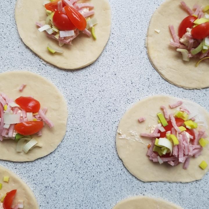 Pirogger med skinke og pikantost. Nem opskrift på pirogger til madpakken. #hashtagmor