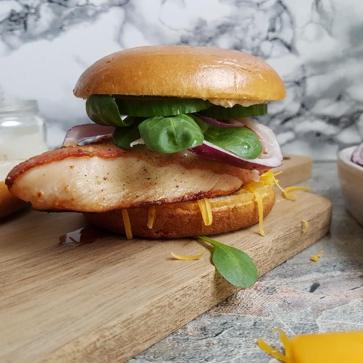 Pikant kylling burgers med bacon. Opskrift på en burger med et twist.