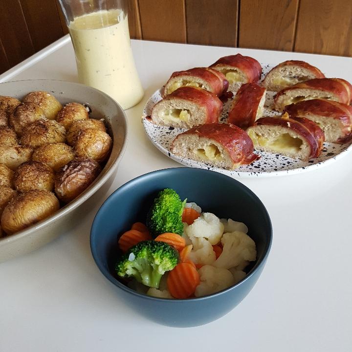 Hawaii rulle med ovnkartofler og tilbehør. En kyllingrulle med ananas.