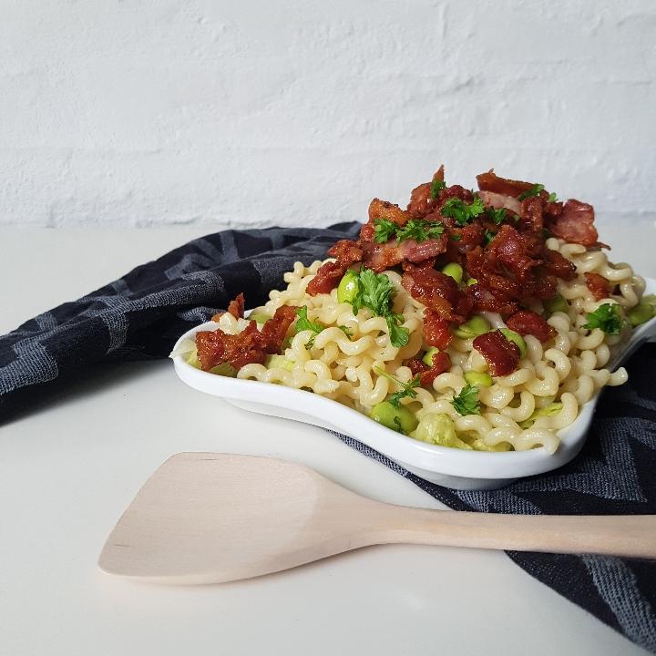 Nem og lækker pasta med crispy bacon.