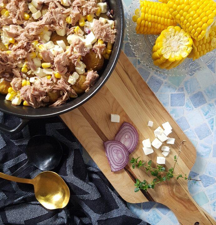Ovnbagte krydret kartofler med bagt fetaost, hvidløg og tun.