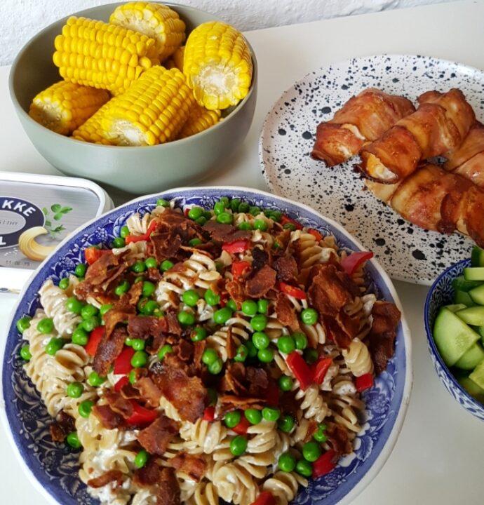 Hurtig pastasalat med hvidløgsost og bacon.