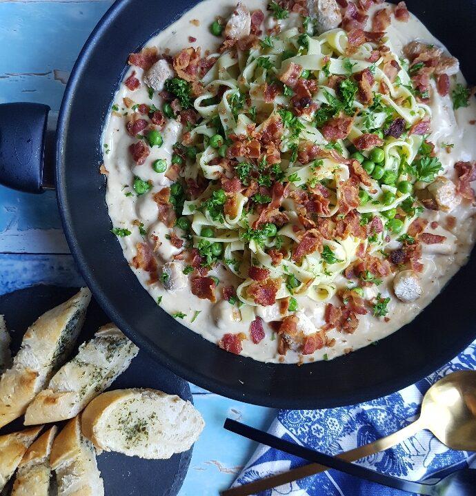 Cremet frisk oste pasta med kylling og bacon