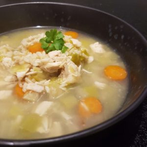 Klar suppe med kylling og hvidløgsosteflutes #hashtagmor