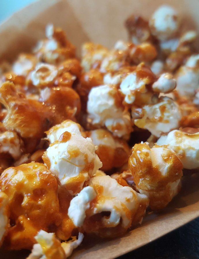 Saltet karamel popcorn – lækre sprøde karameliseret popcorn opskrift.