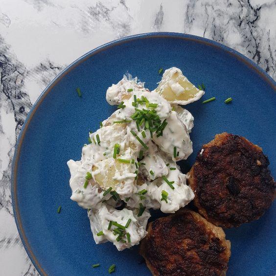 Klassisk kold kartoffelsalat med frikadeller. #hashtagmor
