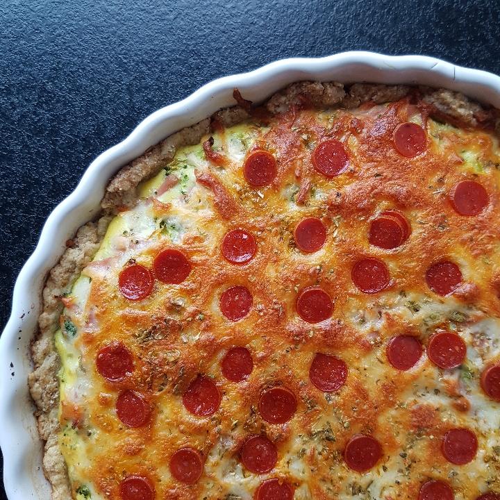 Pizza tærte med skinke, den er hurtig at lave og så er den både lækker som frokost eller aftensmad dagen efter. Nem tærte opskrift.