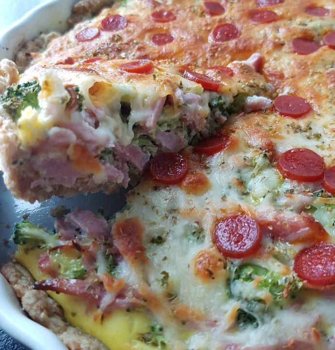 Pizzatærte med pepperoni.