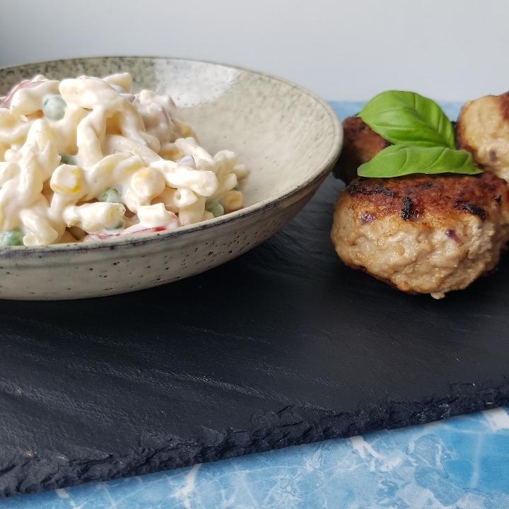 Klassisk cremet pastasalat med frikadeller - sund pastasalat opskrift med dressing.