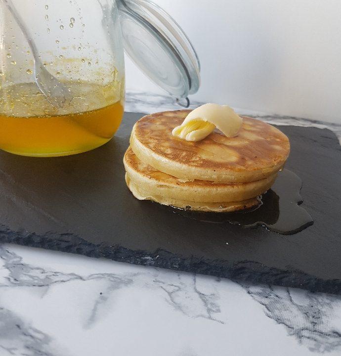 Amerikanske pandekager med appelsin sirup og smør.