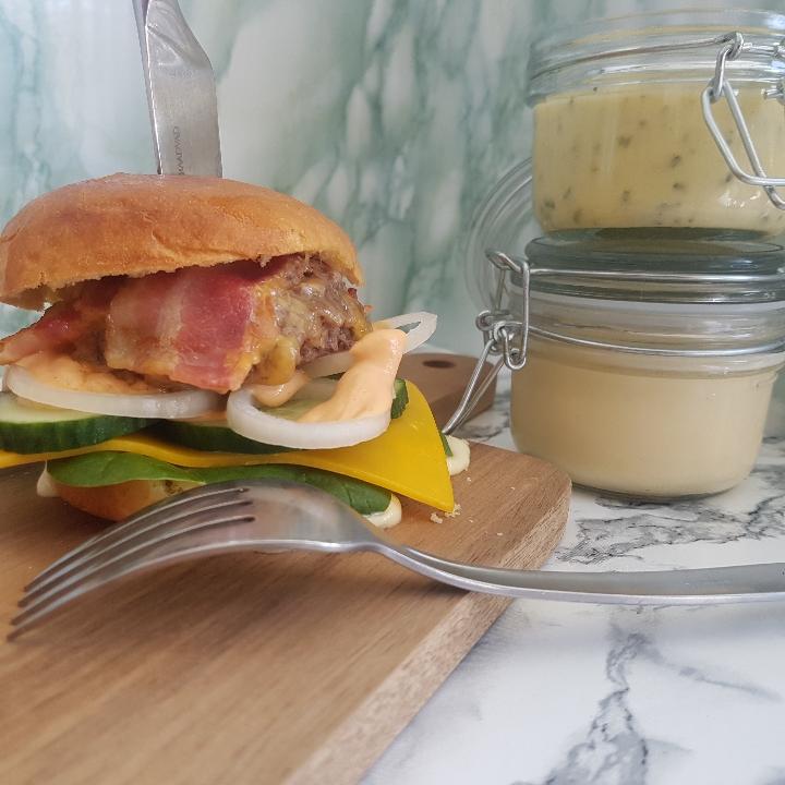 Cheeseburger med hjemmerørt mayo, pomfritter og bearnaise.