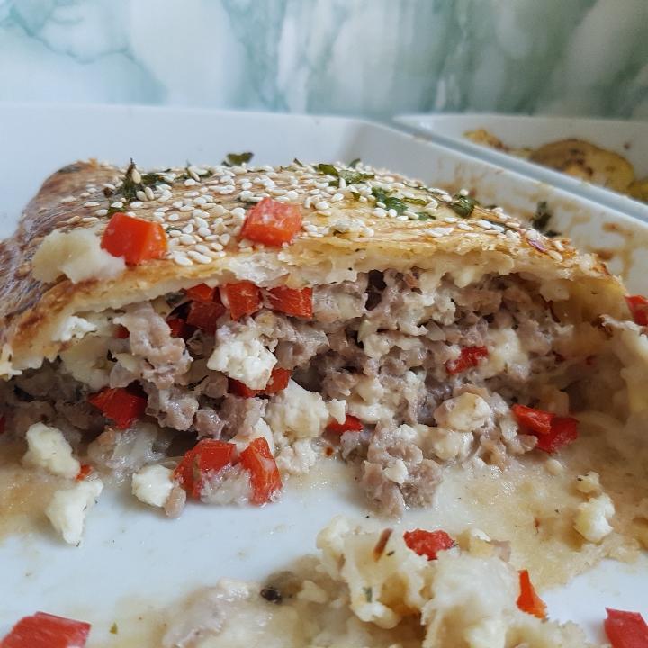 Indbagt græsk farsbrød med lækre ovnbagte kartofler og tzatziki.
