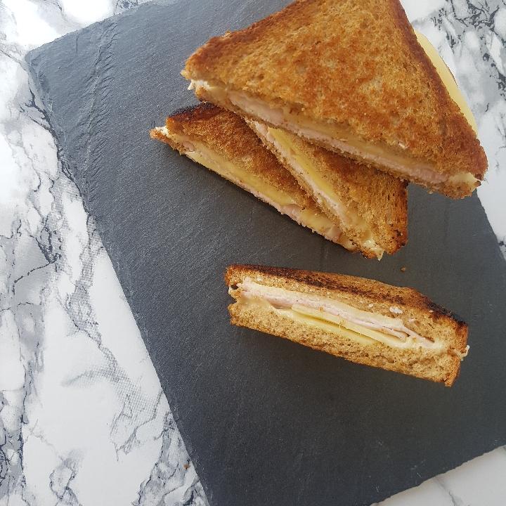 Sprøde og lækre smørstegte ostesandwich.