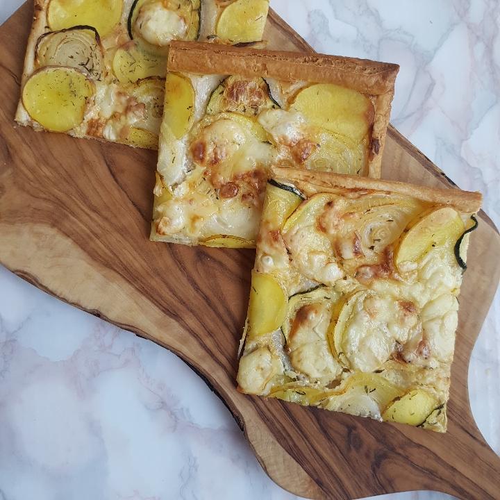 Butterdejspizza med kartofler, squash og løg.