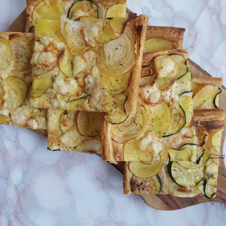 Butterdejspizza med kartofler, squash og løg. #hashtagmor