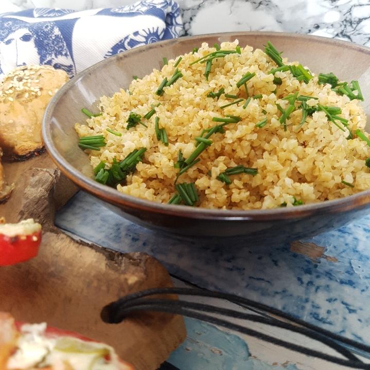 Mini kylling farsbrød, bagte peberfrugter og bulgur.