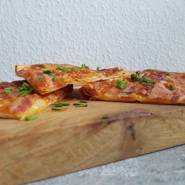 Butterdejspizza med bacon.