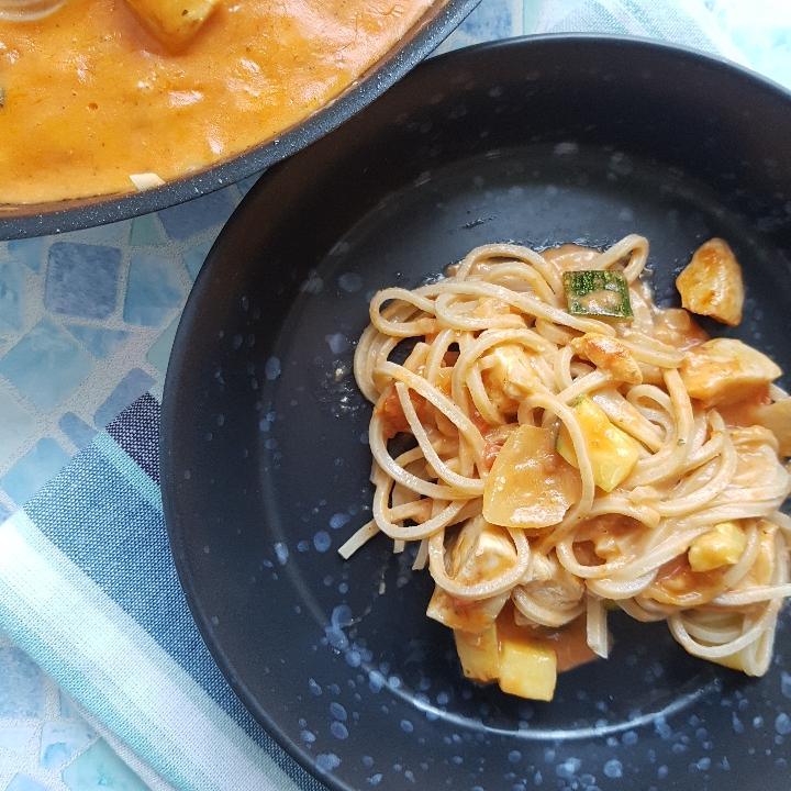 Den lækreste cremet pasta med tomatsovs og kylling.