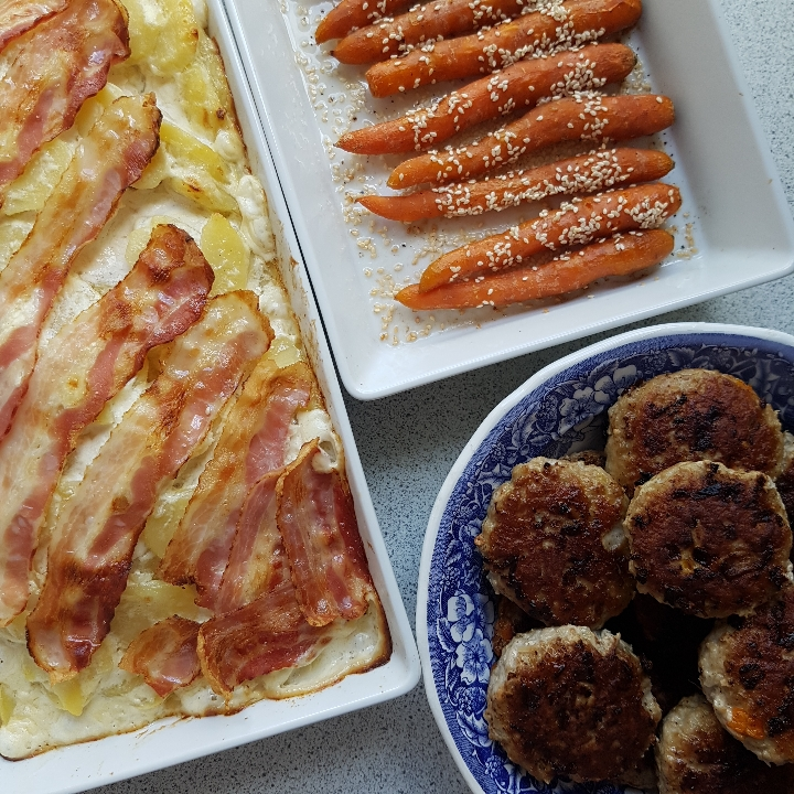 Frikadeller, baconflødekartofler og sesamgulerødder.