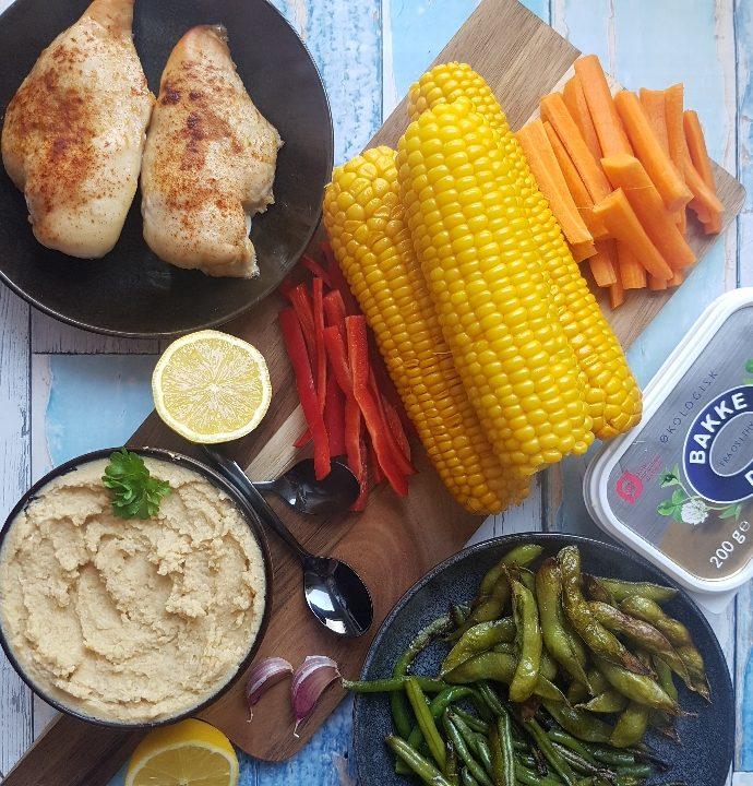 Humus, kylling og skønne grøntsager.